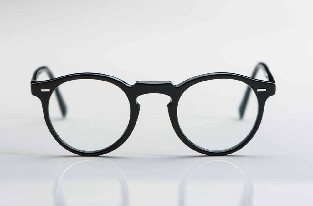 Oliver Peoples – Sonnenbrille – Gregory Peck – Panto Brille aus schwarzem Acetat mit Nieten - KITSCHENBERG Brillen