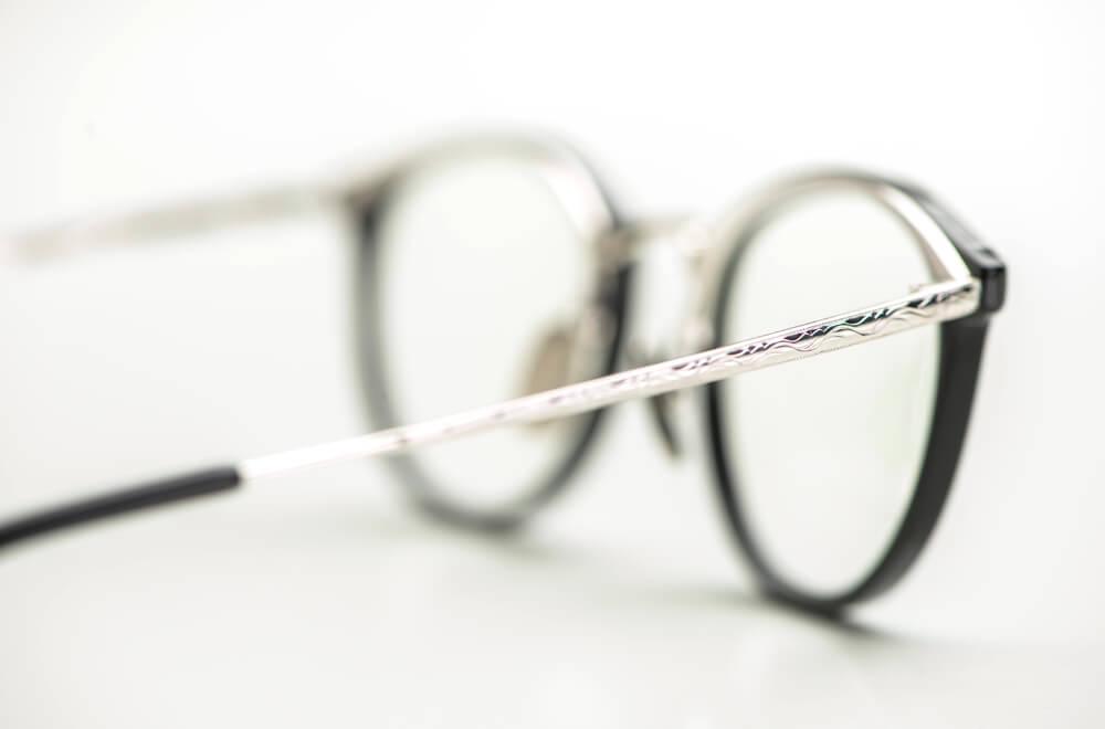 Yellows Plus – verzierter ziselierter silberner Brillenbügel an einer schwarzen Acetat Fassung  - KITSCHENBERG Brillen