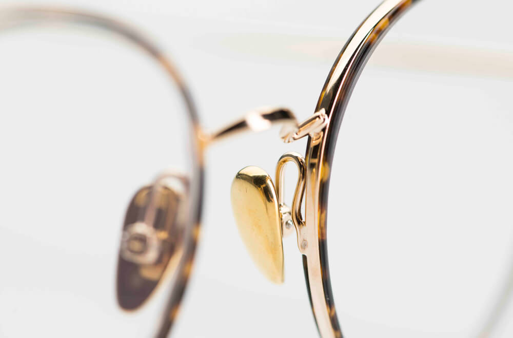 Ahlem – feine, große, runde goldfarbene Metallbrille mit innenliegenden Acetatringen in braun gesprenkelt - KITSCHENBERG Brillen