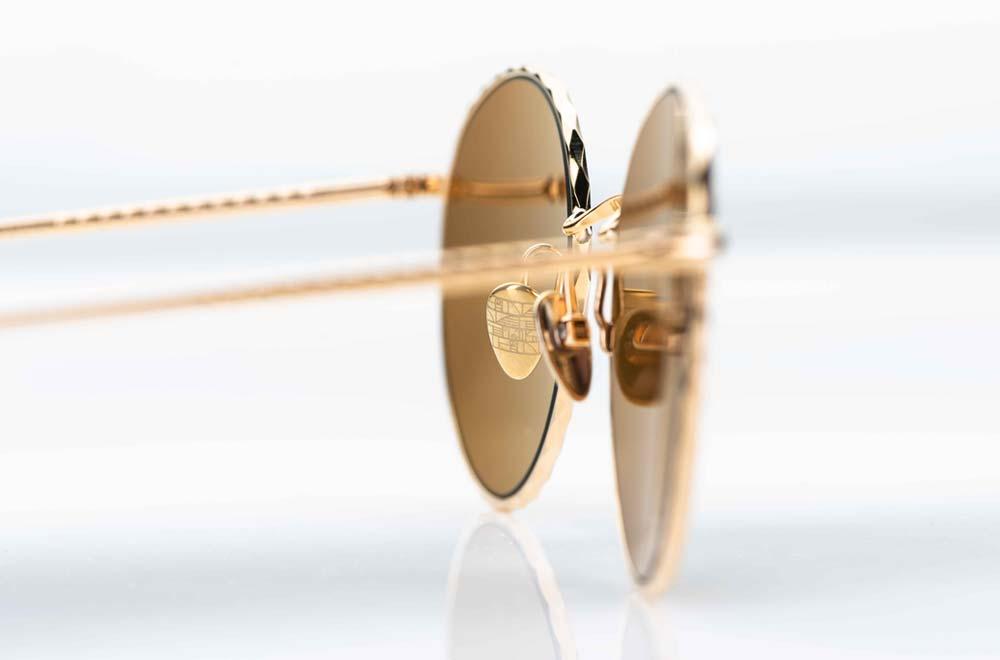 Ahlem - Sonnenbrille – große, runde Sonnenbrille mit Wellenoptik am Fassungsrand in gold mit braunen Gläsern - KITSCHENBERG Brillen