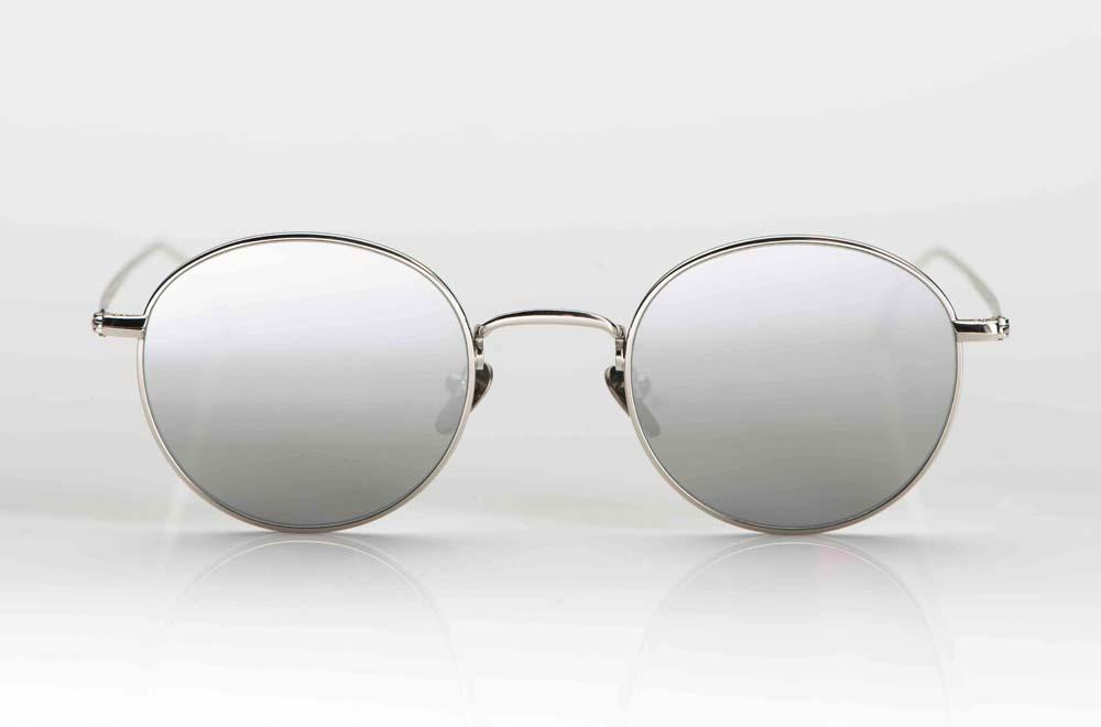 Massada Sonnenbrille; silberfarbenes Titangestell mit grauen, silberverspiegelten Gläsern – KITSCHENBERG Brillen