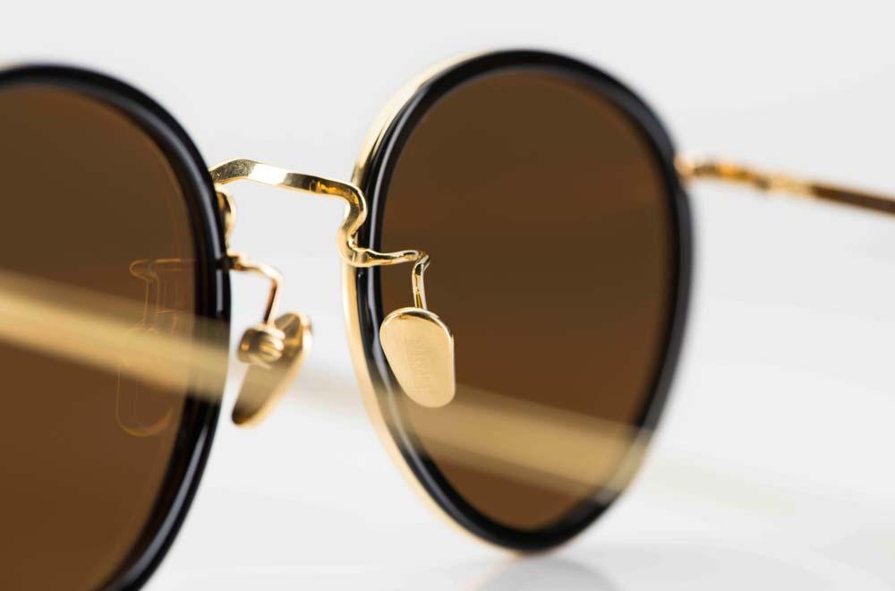 Massada - Sonnenbrille – goldene Metallbrille mit innenliegenden schwarzen Acetat Ringen und dunkel grauen Gläsern - KITSCHENBERG Brillen