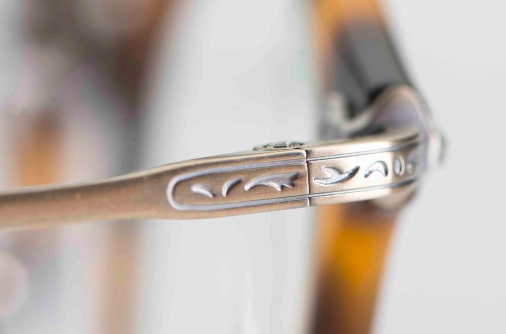 Masunaga –ziselierter matter Titan Brillenbügel an einer runden Acetatbrille - KITSCHENBERG Brillen