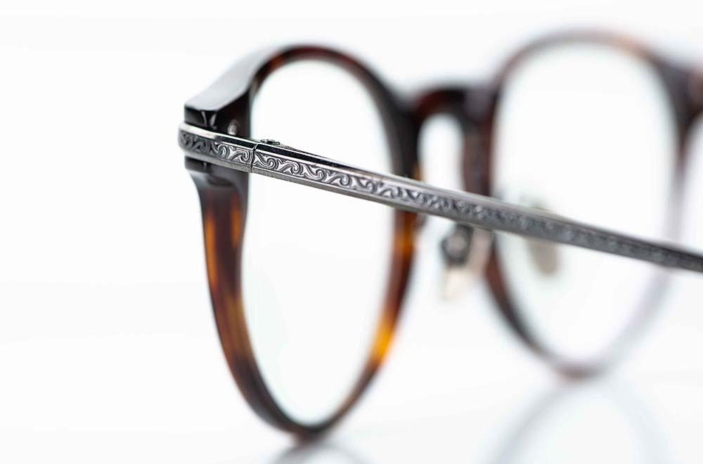 Masunaga – ziselierter Titan Metall Bügel in grau anthrazit an einer Acetat Brille - KITSCHENBERG Brillen