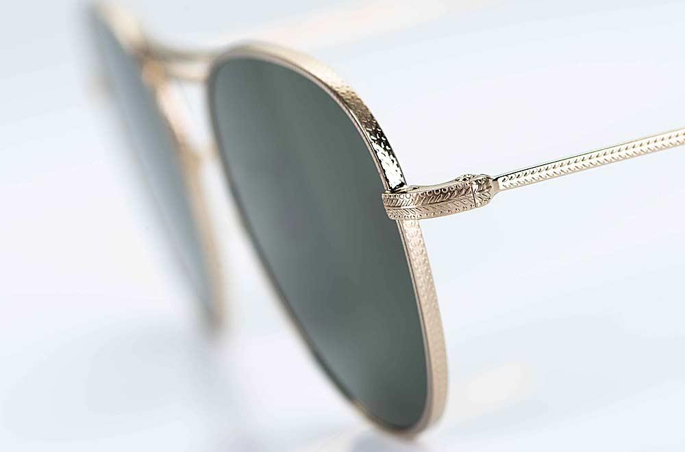 Oliver Peoples – Sonnenbrille – goldene Metallfassung mit feiner Rändelung am Rand und dunkel grünen Gläsern - KITSCHENBERG Brillen