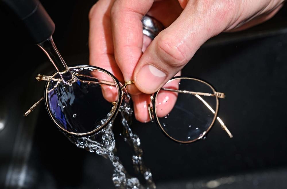 Brillenpflege – Brille mit Wasser abspülen - KITSCHENBERG Brillen