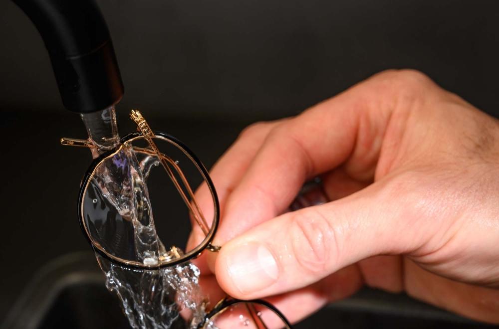 Brillenpflege – Geschirrspülmittel von Brille mit Wasser abspülen - KITSCHENBERG Brillen