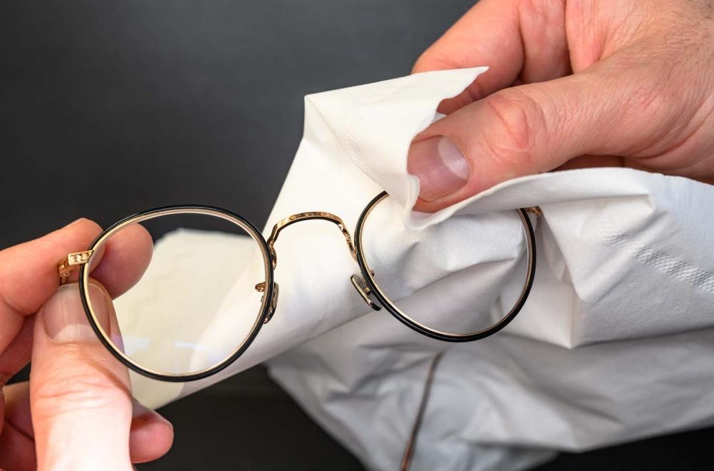 Brillenpflege – Brille mit Papiertuch trocknen - KITSCHENBERG Brillen