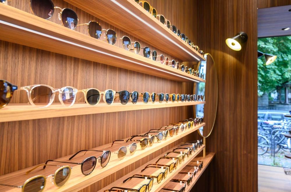 Kitschenberg – Geschäft Innenansicht Details des Sonnenbrillenregals St.-Anna-Str. Lehel - KITSCHENBERG Brillen