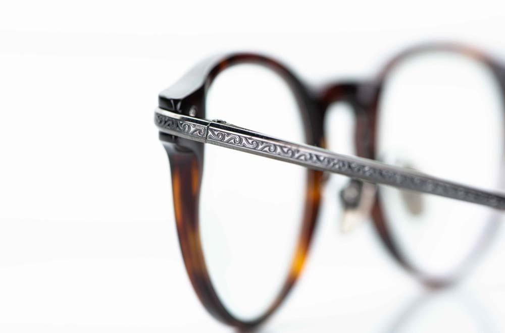 Masunaga –ziselierter Titan Metall Bügel in grau anthrazit an einer Acetat Brille - KITSCHENBERG Brillen