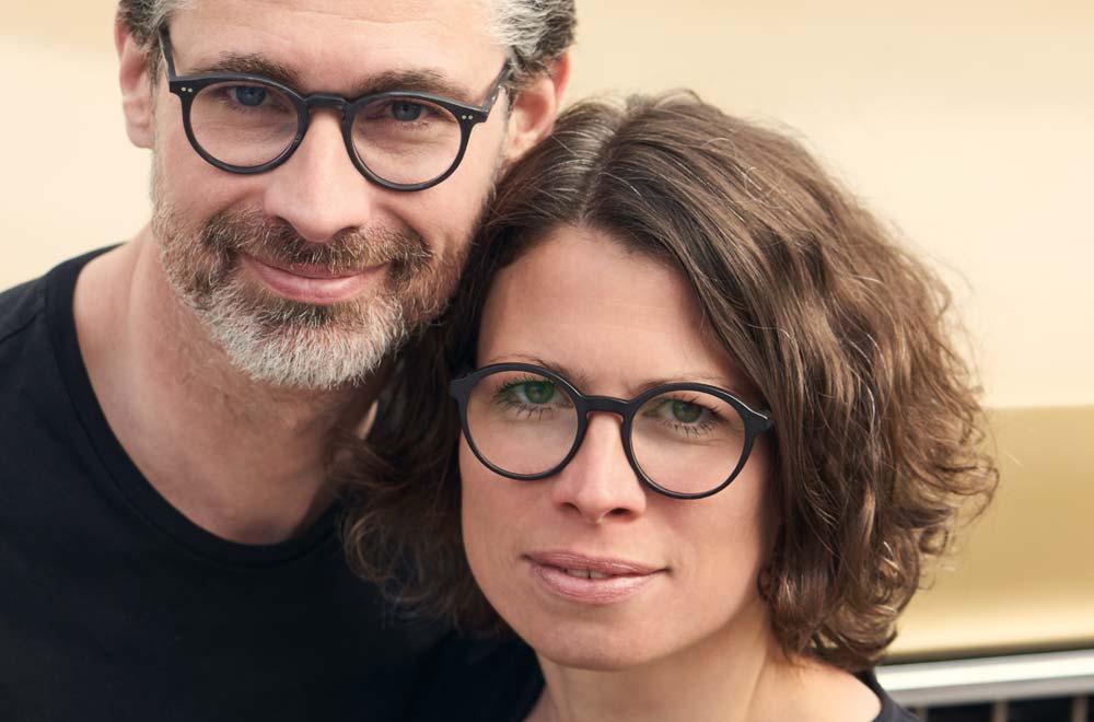 Andreas Kitschenberg mit Kitschenberg Büffelhorn – Stefanie Kitschenberg mit Voyou – KITSCHENBERG Brillen